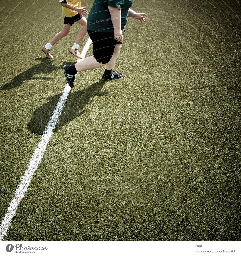 running gag Mensch Jugendliche Erwachsene Wiese Sport Beine Paar Freundschaft Zusammensein maskulin rennen Schuhe Leichtathletik 18-30 Jahre Mann Junge Frau