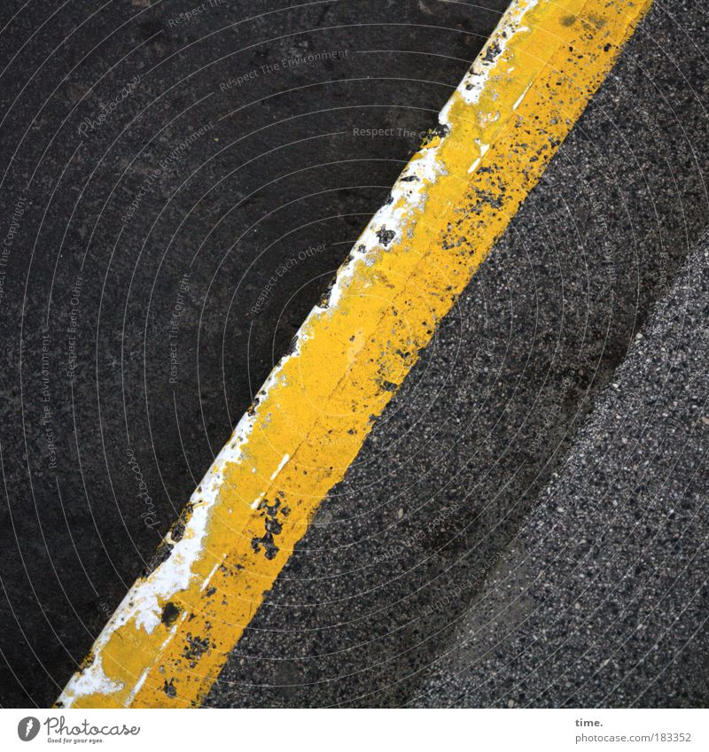 Lebenslinien #09 schwarz gelb Farbe grau Beton Treppe Bodenbelag Asphalt diagonal Straßenbelag Teer Treppenabsatz Textfreiraum Straße gestrichen