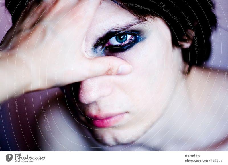 Vergiss mich nicht. Farbfoto Experiment Hintergrund neutral Tag Kontrast Porträt Vorderansicht Blick Blick in die Kamera Junger Mann Jugendliche Haut Kopf Auge