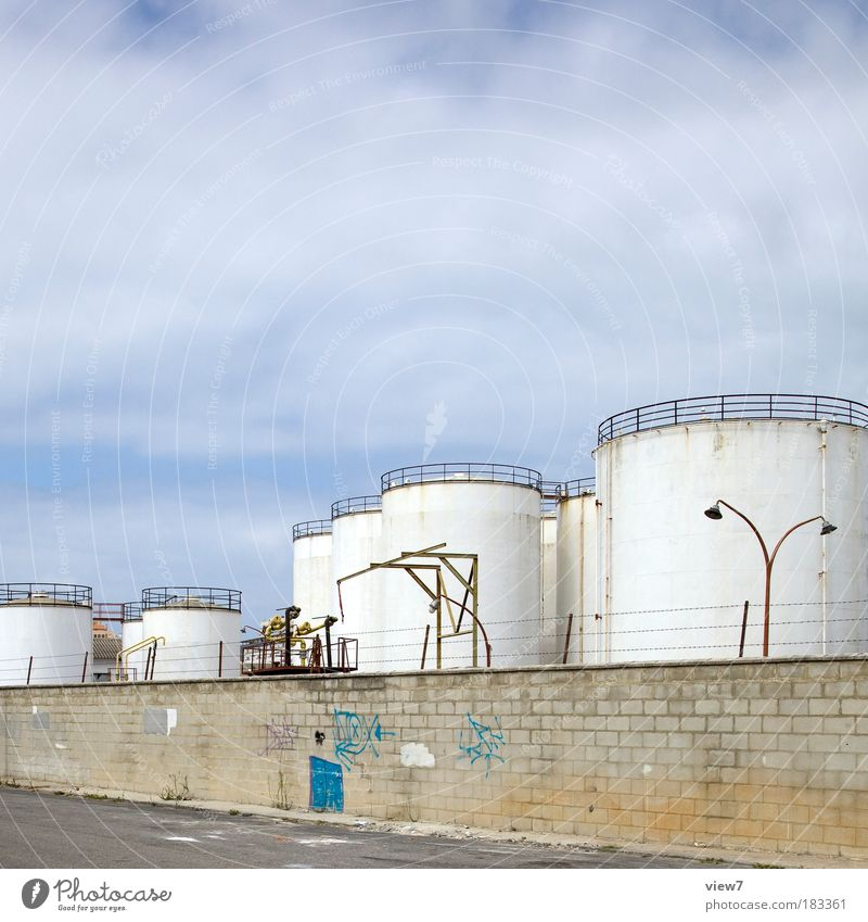 Tanks im Lager Außenaufnahme Menschenleer Textfreiraum oben Starke Tiefenschärfe Totale Fabrik Industrie Energiewirtschaft Himmel Wolken Industrieanlage Mauer