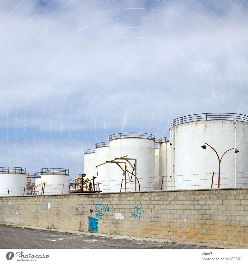 Tanks im Lager Himmel alt Wolken Ferne Straße dunkel Wand Stein Mauer Metall Beton Ordnung groß Energiewirtschaft Sicherheit Industrie