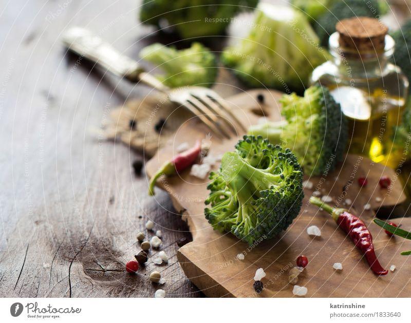 Frischer grüner Brokkoli und Gemüse Blatt dunkel gelb Essen natürlich frisch Tisch Kräuter & Gewürze Jahreszeiten Bauernhof Ernte Flasche Vegetarische Ernährung