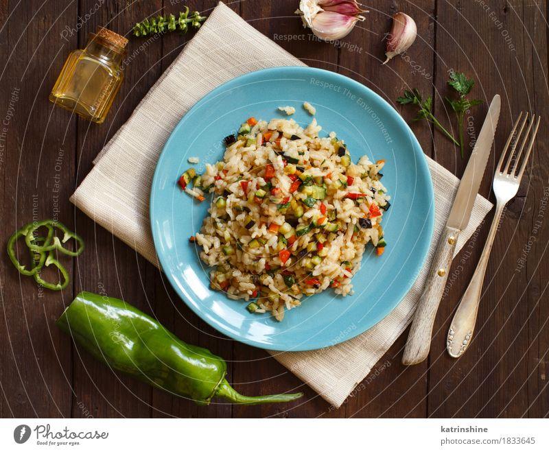 Risotto mit Gemüse Lebensmittel Getreide Kräuter & Gewürze Öl Ernährung Mittagessen Abendessen Vegetarische Ernährung Diät Teller Flasche Messer Gabel Holz