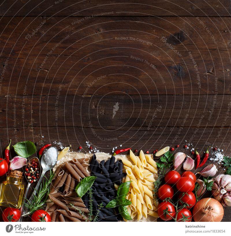 Penne Pasta mit Gemüse, Kräutern und Olivenöl grün rot Blatt dunkel Gesundheit Lebensmittel braun Ernährung frisch Tisch Kräuter & Gewürze Tradition Backwaren