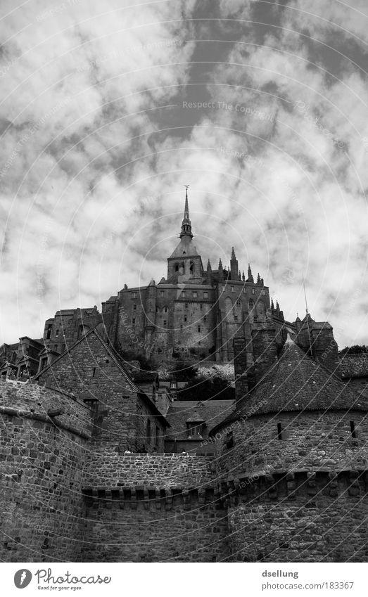 Der heilige Holzmichel schön Himmel Wolken Wand Mauer Gebäude Architektur hoch Fassade Europa ästhetisch Kirche Dach Kitsch Kultur