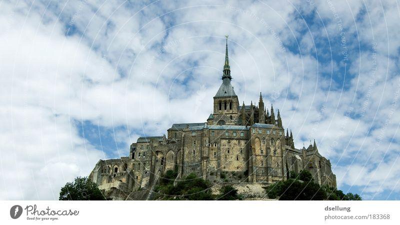 Mont-Saint-Michel im Hintergrund blauer Himmel mit weißen leichten Wolken Farbfoto Außenaufnahme Menschenleer Textfreiraum links Textfreiraum oben Tag Kontrast