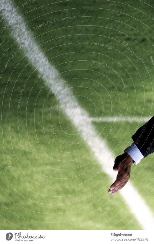 Auch Trainer achten auf ihre Linie Hand Wiese Sport Spielen Feld Freizeit & Hobby Kraft Arme Fußball Erfolg Lifestyle Sicherheit Macht Schutz Erwartung Sportler