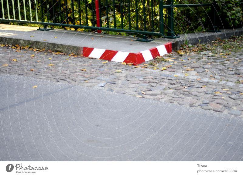 scharfe Kurve weiß rot Straße Wege & Pfade Verkehr Beton Hinweisschild Ecke Geländer Bürgersteig Warnhinweis Verkehrswege Kopfsteinpflaster Autofahren Fußgänger