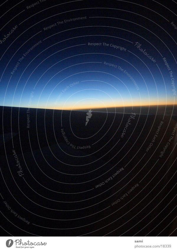 horizon is near Dämmerung Flugzeug Tragfläche Spätflug Morgen Himmel