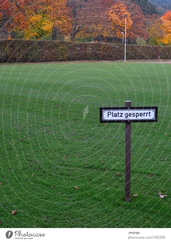 Winterpause Baum Herbst Spielen Gras Landschaft Stimmung Schilder & Markierungen Platz Hinweisschild Verbote Fußballplatz Warnschild gesperrt Sportstätten