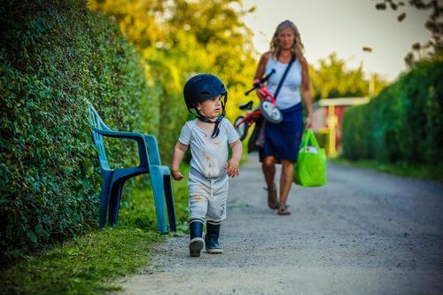 im Einsatz Frau Kind Natur Sommer Erwachsene Umwelt Bewegung Familie & Verwandtschaft Spielen klein Garten Freiheit Macht Sicherheit Kleinkind Krieg