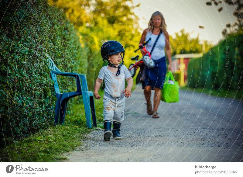 im Einsatz Spielen Sommer Garten Kindererziehung soldat Kleinkind Frau Erwachsene Familie & Verwandtschaft Umwelt Natur Gummistiefel Helm klein Tatkraft