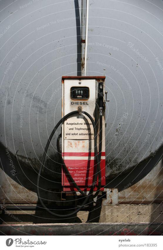 Stanktelle alt weiß rot grau Metall Industrie Energiewirtschaft Behälter u. Gefäße Technik & Technologie Schriftzeichen kaputt Schatten Ziffern & Zahlen Zeichen Flüssigkeit Stahl