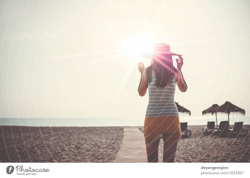 Frau mit Hut auf hölzerner Spur auf dem Strand morgens Lifestyle Glück schön Erholung Freizeit & Hobby Ferien & Urlaub & Reisen Sommer Sonne Meer Mensch Mädchen