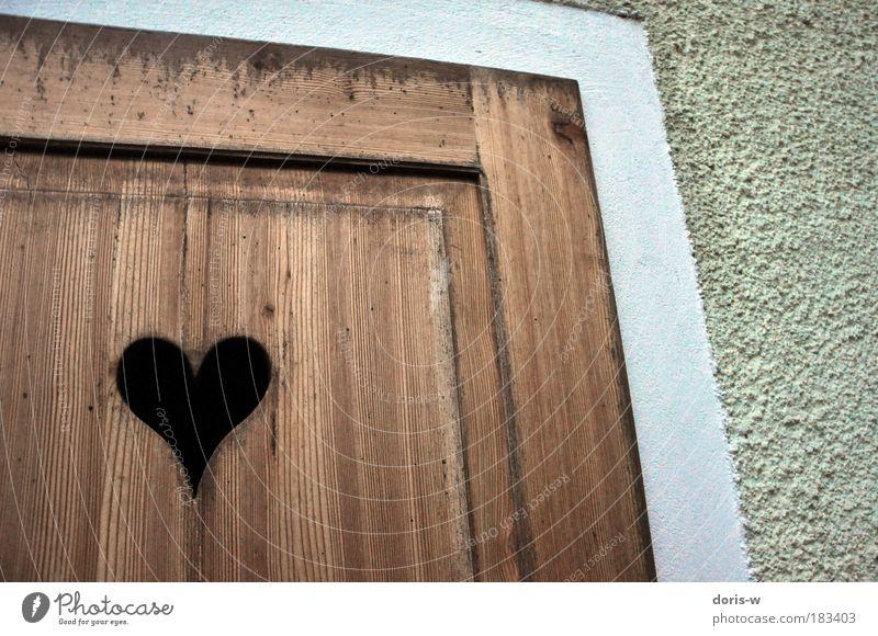 wooden heart alt weiß Holz Liebe schwarz Wand grau braun Herz Tür Fassade geschlossen ästhetisch geheimnisvoll Toilette Tor
