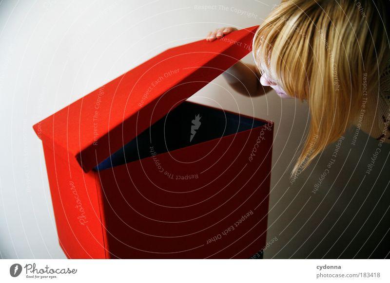 Neugierig? Frau Erwachsene Leben Kopf Haare & Frisuren träumen Zukunft Tiefenschärfe Hoffnung Sicherheit einzigartig Kommunizieren Bildung Neugier geheimnisvoll entdecken