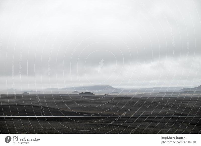 Mondweg Landschaft Wolken schlechtes Wetter Nebel Hügel Island Wege & Pfade Stein Unendlichkeit ruhig Einsamkeit Mondlandschaft Straße dunkel Schwarzweißfoto