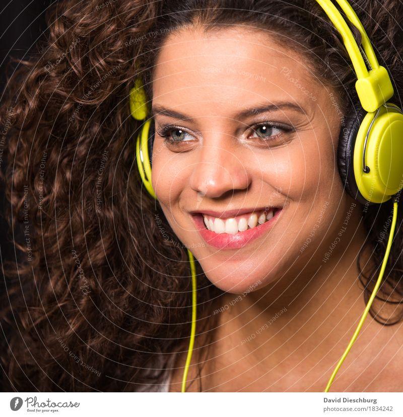 Music makes me happy II Mensch Jugendliche schön Freude 18-30 Jahre Gesicht Erwachsene feminin Glück Feste & Feiern Party Kopf Zufriedenheit Musik Fröhlichkeit