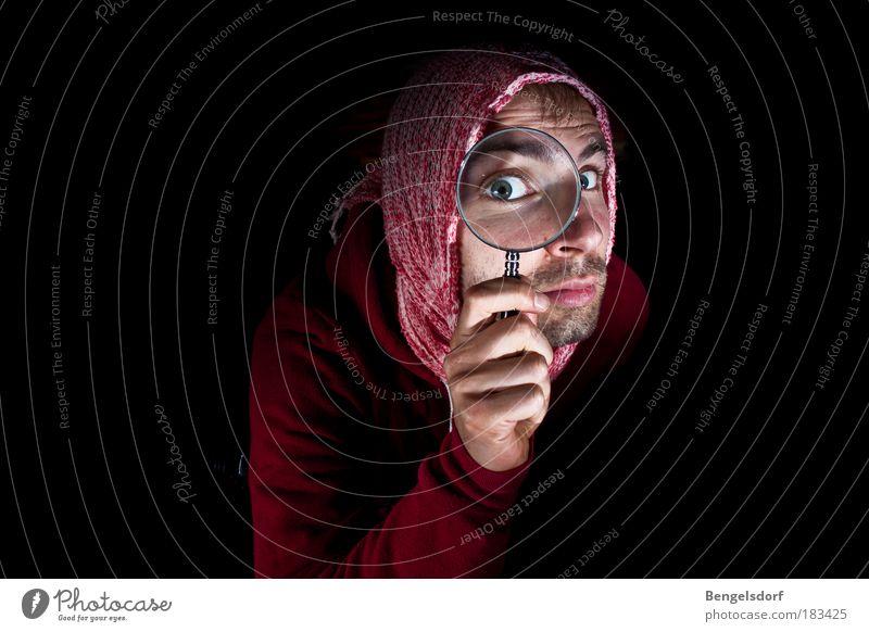 Wo ist ... ? Mensch Mann Gesicht Auge Erwachsene Suche Oberkörper beobachten Spuren Wissenschaften geheimnisvoll fangen Neugier Konzentration entdecken Porträt