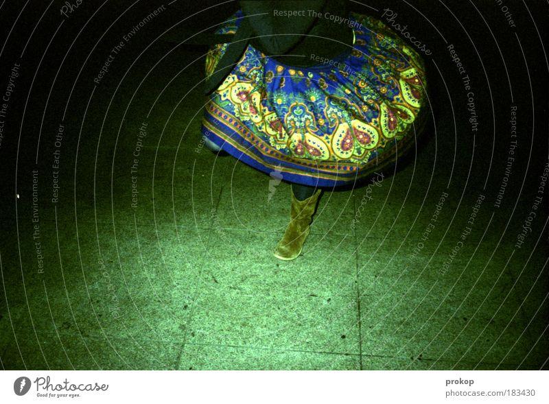 Polka. Punkt. Farbfoto Außenaufnahme Nacht Blitzlichtaufnahme Lifestyle Stil Nachtleben Entertainment Feste & Feiern Tanzen Mensch feminin Frau Erwachsene Mode