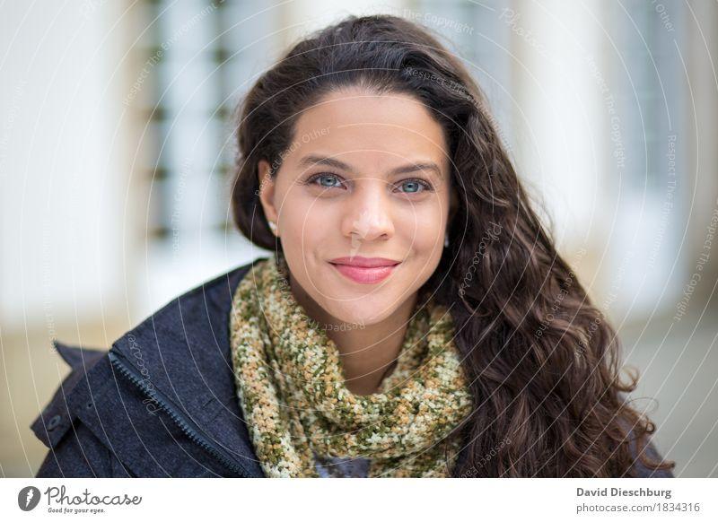 Herbstportrait feminin Junge Frau Jugendliche Erwachsene Kopf Gesicht 1 Mensch 18-30 Jahre Haus Palast Gebäude Fenster Jacke Schal brünett langhaarig Locken
