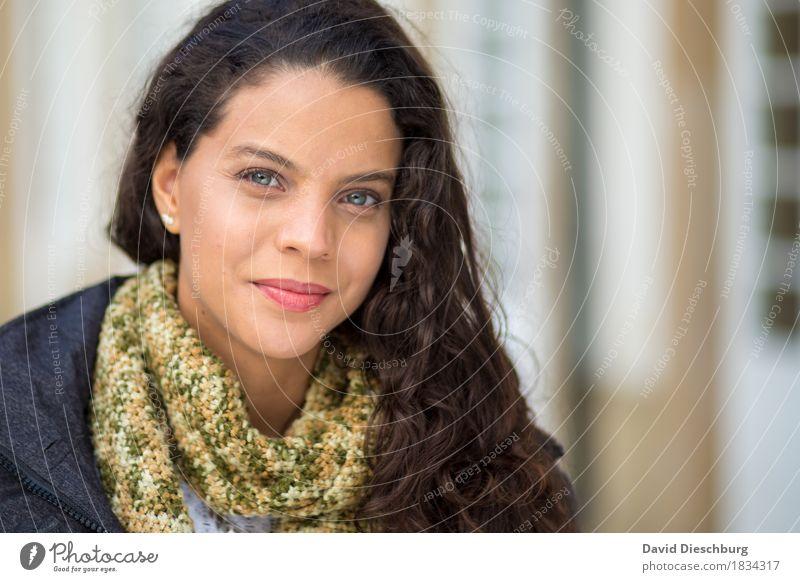 Ana feminin Junge Frau Jugendliche Kopf Gesicht 1 Mensch 18-30 Jahre Erwachsene Frühling Herbst Winter Jacke Schal brünett langhaarig Locken selbstbewußt