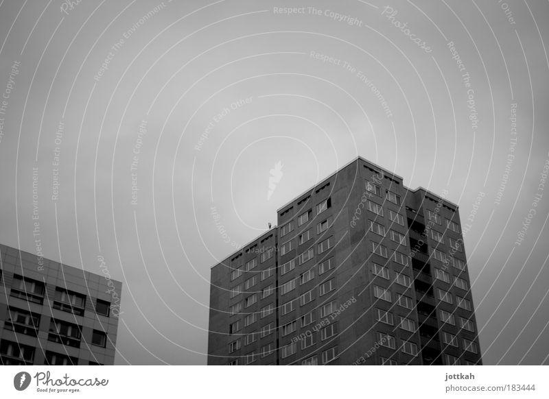Bonjour tristesse Stadt Winter Einsamkeit Haus kalt dunkel Fenster Architektur grau Traurigkeit dreckig Wohnung Fassade Hochhaus