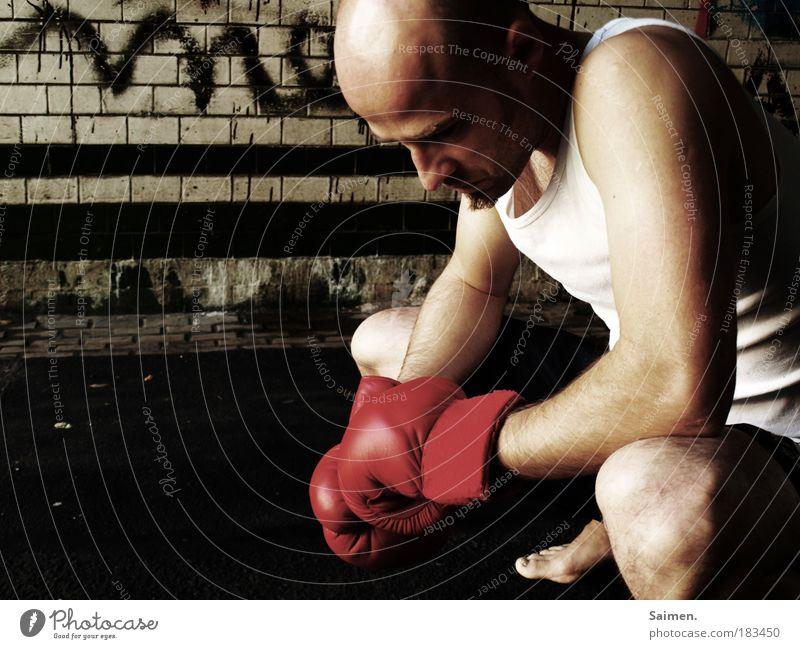 getroffen Farbfoto Gedeckte Farben Außenaufnahme Textfreiraum links Tag Schatten Zentralperspektive Blick nach unten Sport Kampfsport Sportler Verlierer