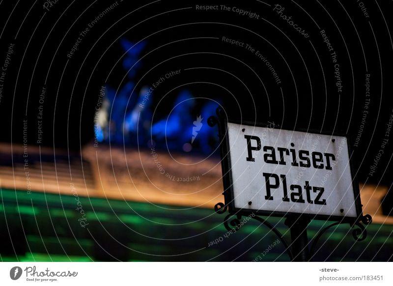 Blaue Pferde blau grün gelb Berlin Bauwerk Nacht mehrfarbig Wahrzeichen Sehenswürdigkeit Hauptstadt Ausstellung Stadt Kultur Brandenburger Tor Pariser Platz