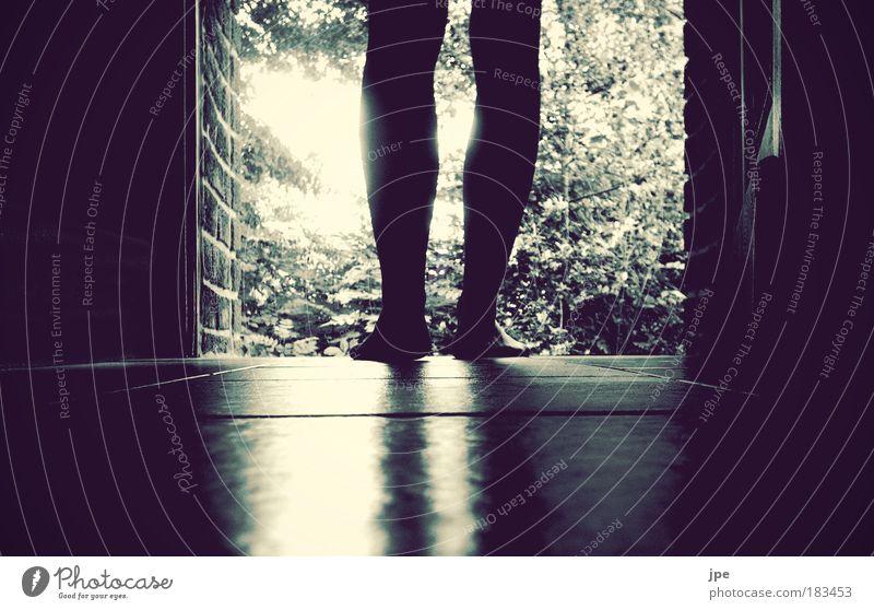 walkaway Mensch Baum Gefühle Fuß Beine warten gehen Tür Hoffnung stehen Wandel & Veränderung Neugier Mut Erwartung Optimismus Neuanfang