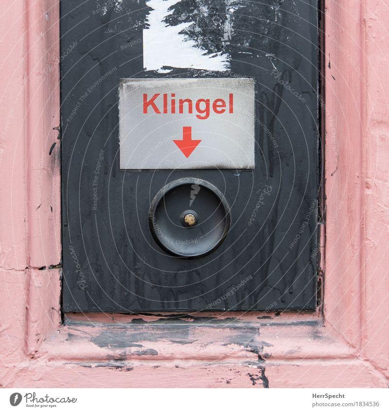 Klingeln für Anfänger rot Haus schwarz Wand Mauer Fassade rosa Tür Schriftzeichen Schilder & Markierungen Hinweisschild rund Pfeil deutlich Eingang