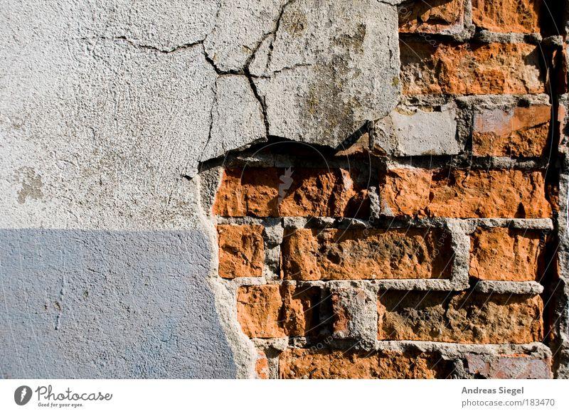 Röntgenbild einer Wand alt blau weiß rot Haus Farbe Wand Architektur Gebäude Mauer Linie Baustelle Fassade kaputt trist Schatten
