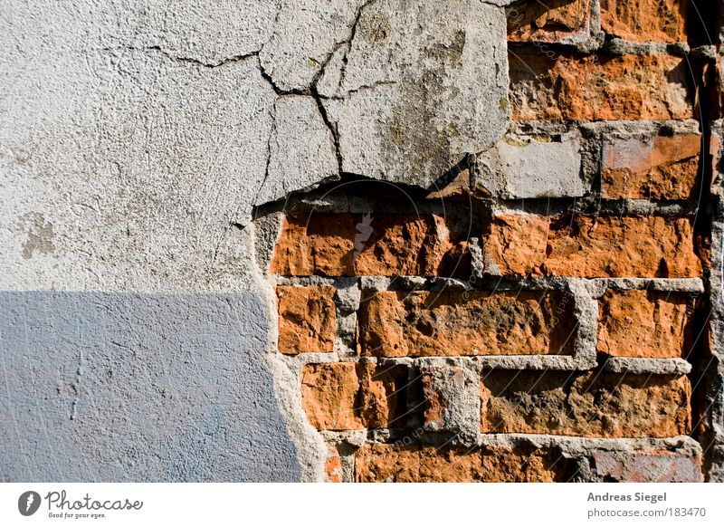 Röntgenbild einer Wand alt blau weiß rot Haus Farbe Architektur Gebäude Mauer Linie Baustelle Fassade kaputt trist Schatten