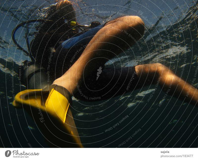aufgetaucht Mensch Natur Mann blau Wasser Ferien & Urlaub & Reisen Meer Freude Erwachsene gelb Umwelt Bewegung Beine Schwimmen & Baden Freizeit & Hobby maskulin