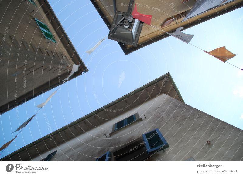 Himmelsstrasse alt Himmel blau Haus Wand Fenster Holz Stein Mauer Gebäude Luft braun Armut Beton Perspektive Fahne