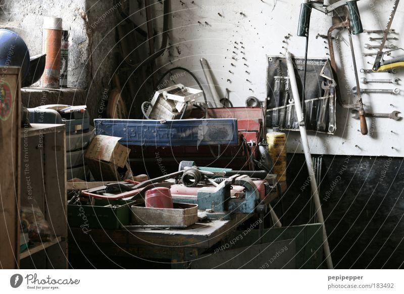 Wo war nochmal der 17er? Werkzeug Arbeit & Erwerbstätigkeit Wand Mauer dreckig Baustelle Freizeit & Hobby trashig Handwerk chaotisch Renovieren Handwerker Basteln Unlust Beruf