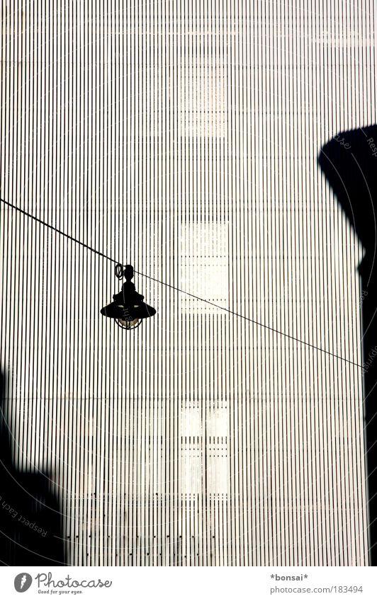 facettenfassade Design Haus Bankgebäude Bauwerk Gebäude Architektur Fassade modern schwarz weiß Schutz einzigartig sonnenschutz laterne fenster geschützt