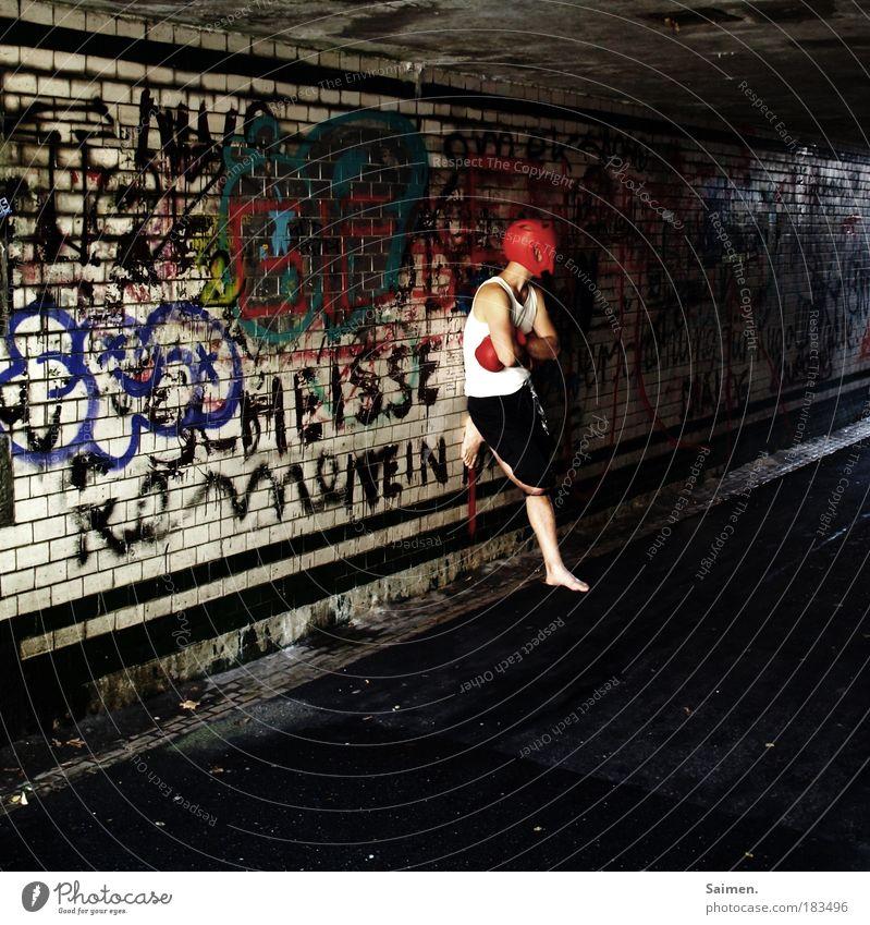 adrenalinsuche Farbfoto Gedeckte Farben Außenaufnahme Tag Licht Schatten Kontrast Blick nach hinten Sport Kampfsport Boxsport maskulin Mann Erwachsene 1 Mensch