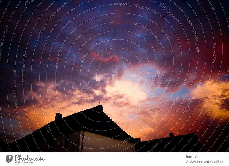 99 - Weltuntergang Himmel blau Sommer Haus schwarz Wolken gelb dunkel rosa Wetter Sonnenaufgang Fassade Macht Dach Dämmerung Sonnenuntergang