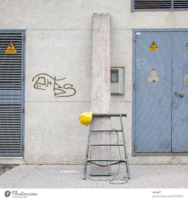 Pause alt Haus Erholung Wand grau Stein Mauer Linie Zufriedenheit Metall Tür Fassade Sicherheit Ordnung einfach Baustelle