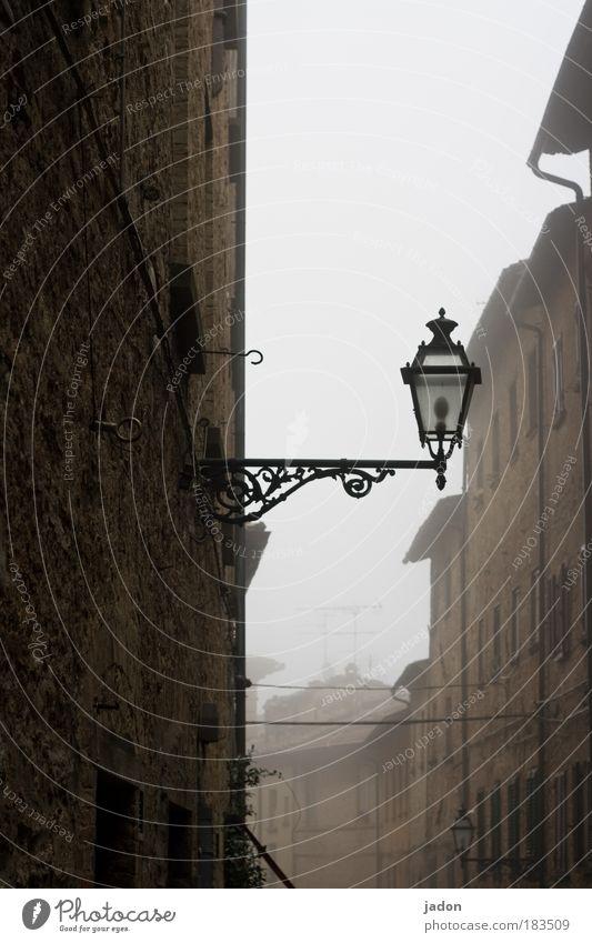 leicht benebelt alt ruhig Straße Italien Herbst Architektur Nebel elegant Fassade Gebäude Tourismus Laterne historisch Gasse Pub