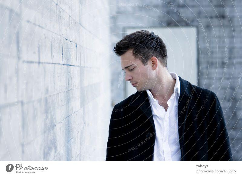 durchblicken Jugendliche Mann Einsamkeit Erwachsene kalt Junger Mann Mauer Traurigkeit Denken Stil 18-30 Jahre Arbeit & Erwerbstätigkeit elegant Erfolg nachdenklich reich