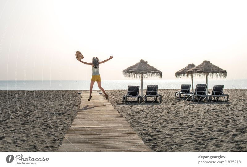 Hölzerner Weg zum Strand, zu den Regenschirmen und zur springenden Frau Erholung Ferien & Urlaub & Reisen Sommer Sonne Meer Insel Mädchen Erwachsene Natur
