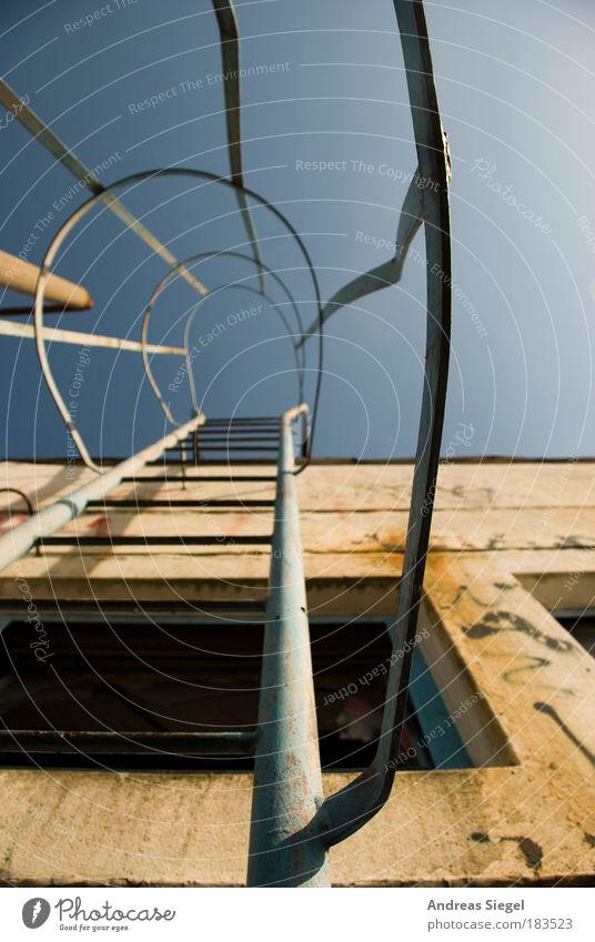 Aufs Dach steigen alt Haus Fenster Wand Architektur Gebäude Mauer Metall Linie dreckig Fassade Beton hoch Treppe kaputt trist