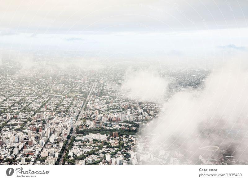 Monoton(e)   Stadtplanung Himmel Sommer grün weiß Landschaft Wolken Haus Ferne Reisefotografie Straße Familie & Verwandtschaft grau fliegen Tourismus Wachstum