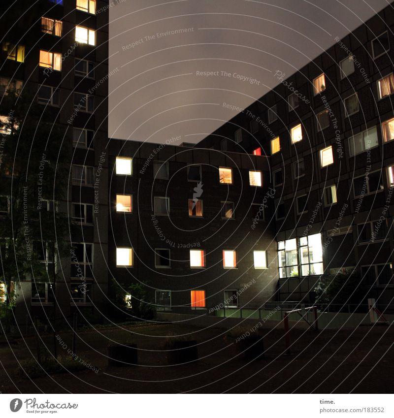 Kollektiver Individualismus ruhig Haus Einsamkeit Nacht Lampe Wand Fenster Langzeitbelichtung Mauer Gebäude Licht Wohnung Hochhaus Hoffnung Ordnung authentisch