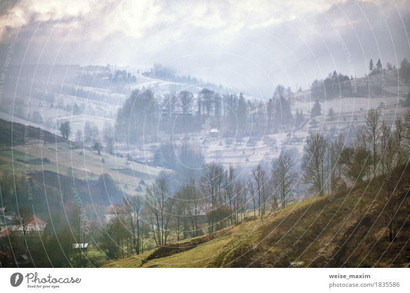 Nebeliger Morgen des späten Herbstes in einem Dorf Himmel Natur Ferien & Urlaub & Reisen Pflanze weiß Baum Landschaft Wolken Haus Ferne Winter Berge u. Gebirge