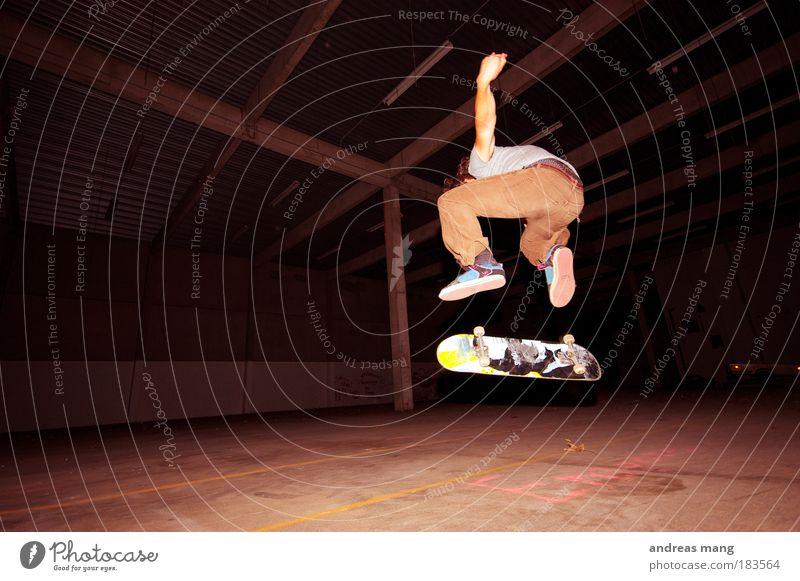 Kickflip (but view) Mann Jugendliche Freude Sport dunkel springen Stil Bewegung dreckig Erwachsene fliegen Erfolg Geschwindigkeit Coolness fahren Fitness
