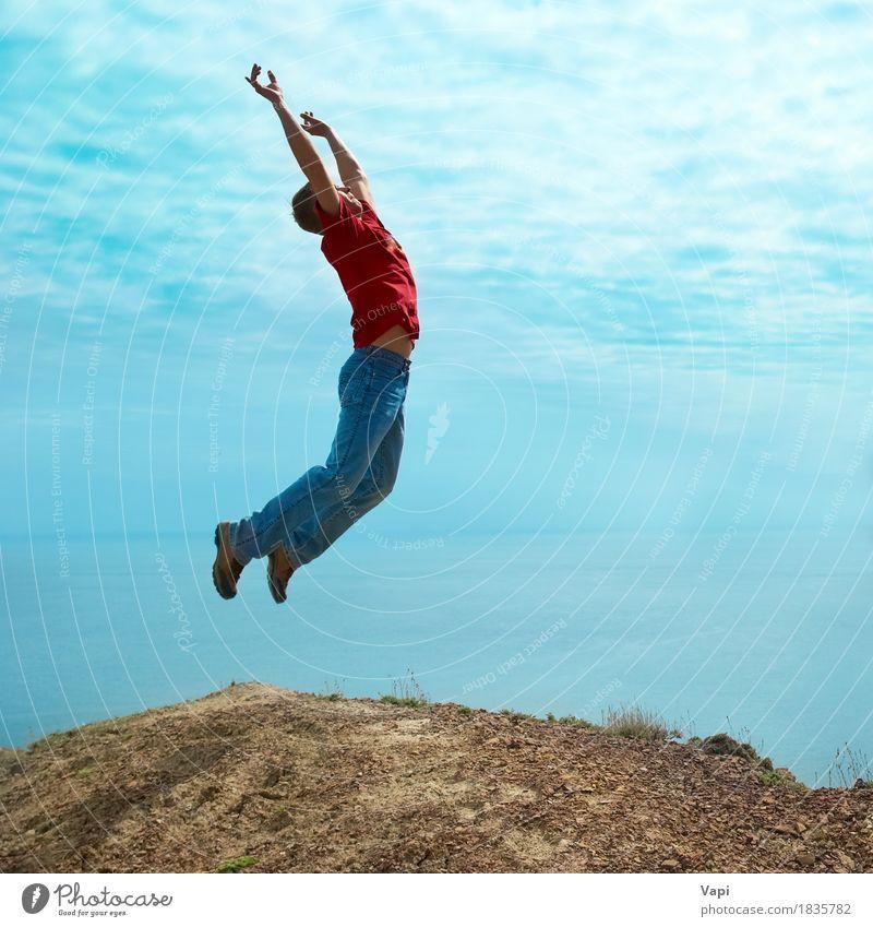 Mann springt von einer Klippe Mensch Himmel Natur Jugendliche blau Sommer weiß Sonne Junger Mann Meer Hand Landschaft rot Freude 18-30 Jahre