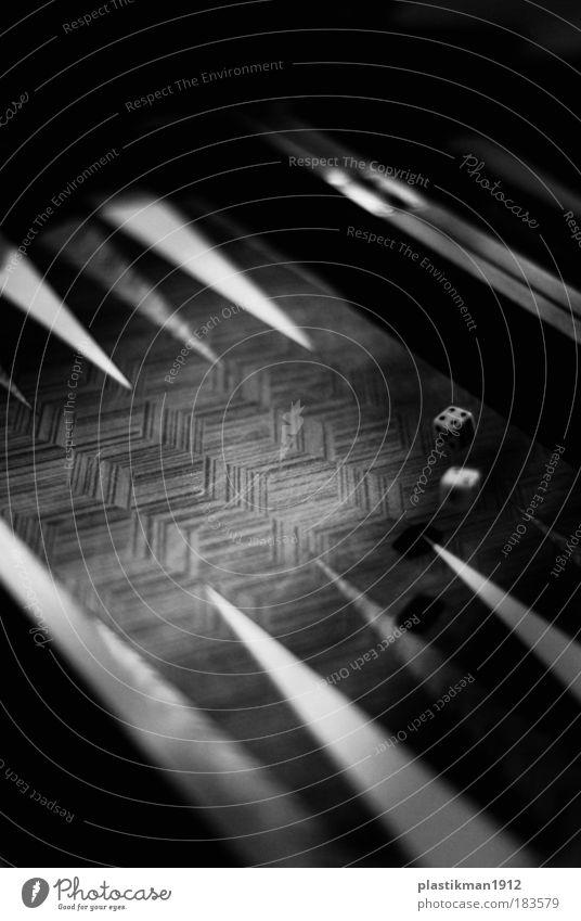 4-2 Schwarzweißfoto Detailaufnahme Spielen Freude Backgammon Würfel Schwerkraft